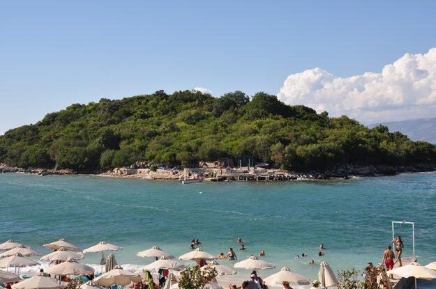 Ksamil, populárna pláž Albánskej riviéry.