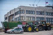 Traktorový protest pred budovou Národnej rady v lete 2018.