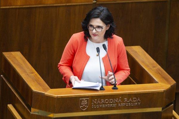 Ministerka Lubyová sa obhajovala v parlamente pred takmer prázdnou sálou.