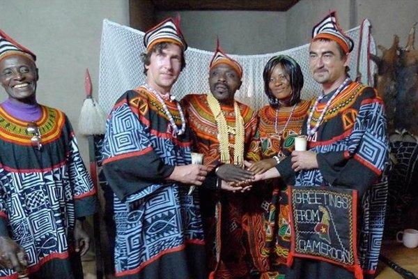 V jednom z afrických kráľovstiev majú zastúpenie aj Slováci. Domorodí obyvatelia si Mareka Vadasa a Emana Erdélyiho pasovali za svojich poradcov. Teraz radia aj nám: zamyslime sa a voľme.