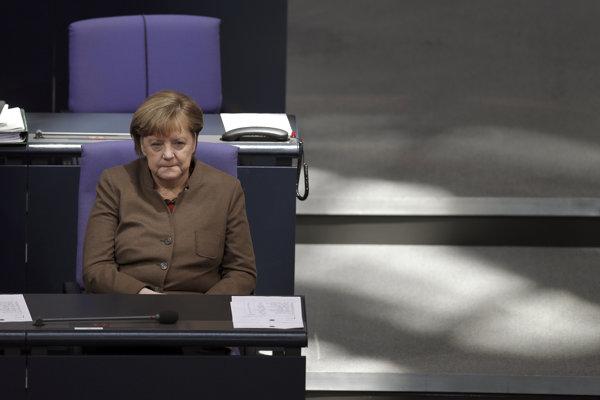 Merkelová čelí tlaku partnerov aj iných krajín.