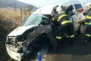 Vodiča auta Peugeot museli vyslobodiť hasiči.