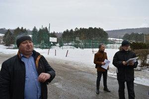 Marián Očkovič a petičný výbor z ulice Mirka Nešpora - René Polačok a Vladimír Ilavský.
