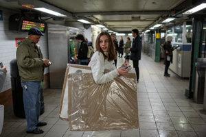 Alexandria cestuje s transparentmi metrom z jej bytu na Upper West Side pred budovu OSN.
