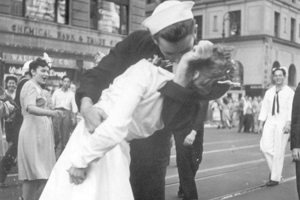 Na archívnej snímke zo 4. augusta 1945 americký námorník George Mendonsa bozkáva ženu počas osláv skončenia druhej svetovej vojny na newyorskom námestí Times Square.