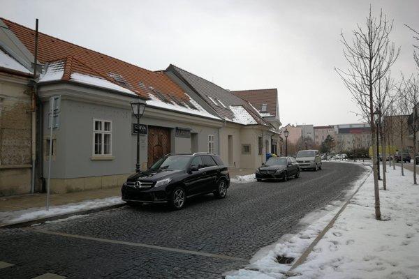 Niektorí domáci z Halenárskej tvrdia, že Mercedes parkuje  na ulici pravidelne.