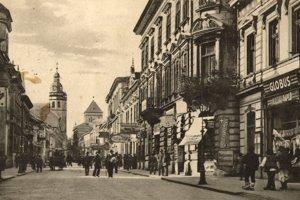 Vpravo kníhkupectvo Globus, vľavo Maléter palác, kde bývala Lola.