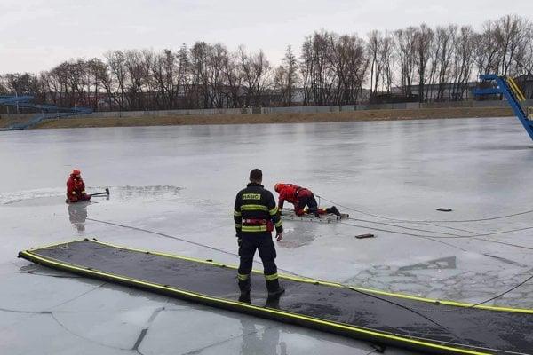 Hasiči cvičili záchranu osôb, pod ktorými sa prepadol ľad.
