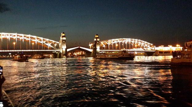 Pohľad na jeden z mostov počas bielej noci.