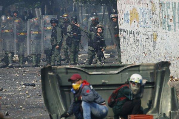 Počas sobotňajších zrážok medzi civilistami a vojakmi lojálnymi Madurovi, ktorý zablokoval prísun humanitárnej pomoci, prišli o život dvaja ľudia.