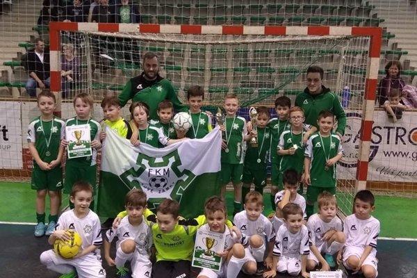 Na spoločnom zábere družstvá FKM Nové Zámky kategórií U8 aU9. Kategória U9 (v zelenom) sa stala víťazom turnaja.