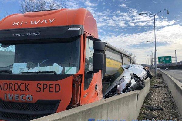 Na diaľnici D2 v blízkosti zjazdu Bratislava - Dúbravka v smere do Malaciek sa krátko popoludní stala nehoda. Zrazilo sa tu nákladné a osobné auto. Úsek je momentálne prejazdný v pravom jazdnom pruhu.