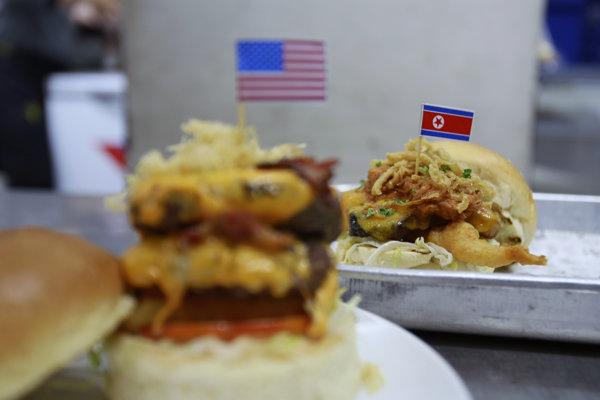 V burgri Durty Donald nechýba dvojitá slanina, syr či trocha ruského dressingu. Burger venovaný severokórejskému vodcovi je zase z bravčového bôčika a kimchi.