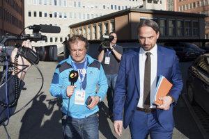 Dieter Csefan (vpravo) z rakúskej polície odchádza z tlačovej konferencie, na ktorej informoval o dopingovej razii v rakúskom meste Innsbruck 27. februára 2019.