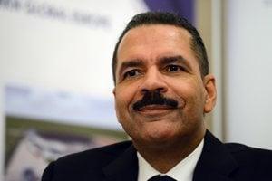 Ronald Kenneth Noble, niekdajší dvojnásobný generálny tajomník Interpolu, má dôvod usmievať sa. Vláda Roberta Fica mu v stredu 2. marca 2016, tri dni pred parlamentnými voľbami, schválila dotáciu 18 miliónov eur na vybudovanie závodu na výrobu cenín a čistopisov osobných dokladov v Banskej Bystrici.