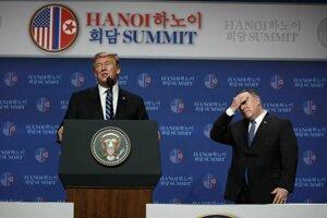 Donald Trump informuje o výsledkoch summitu s Kim Čong-unom v Hanoji, za ním stojí minister zahraničia USA Mike Pompeo.