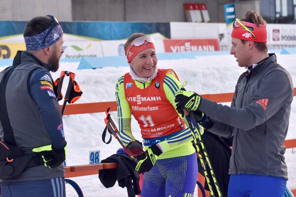 Slovenská biatlonistka Anastasia Kuzminová (uprostred), tréner a manžel Daniel Kuzmin (vľavo) a Martin Otčenáš počas tréningu.