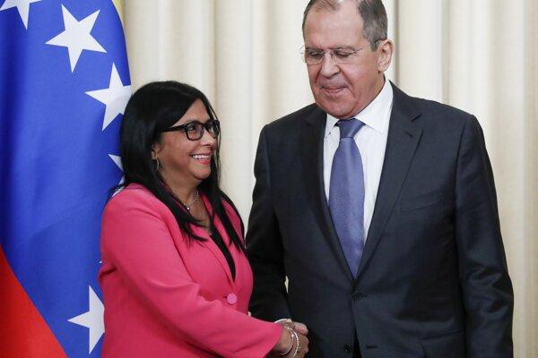 Sergej Lavrov po rokovaní s venezuelskou viceprezidentkou Delcy Rodríguezovou.
