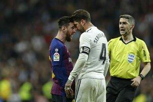 Sergio Ramos (v bielom drese) a Lionel Messi.
