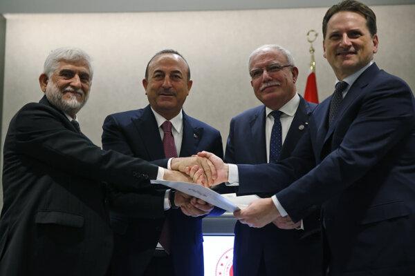 Afganský veľvyslanec v Turecku Abdul Rahim Sayed (vľavo),Pierre Krahenbuhl generálny komisár OSN pre pomoc palestínskym utečencom OSN (vpravo), turecký ministr zahraničných vecí Mevlut Cavusogluov, palestínsky minister zahraničných vecí Riyad al-Maliki, druhý vpravo.
