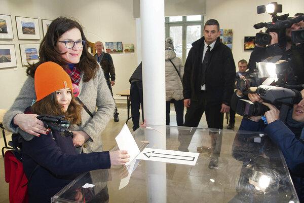 Kandidátka na starostku Aleksandra Dulkiewiczová vhadzuje obálku do urny.