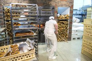 Slovenskí pekári pečú čerstvý chlieb priamo v obchode, z vlastného kvásku a čerstvých surovín.