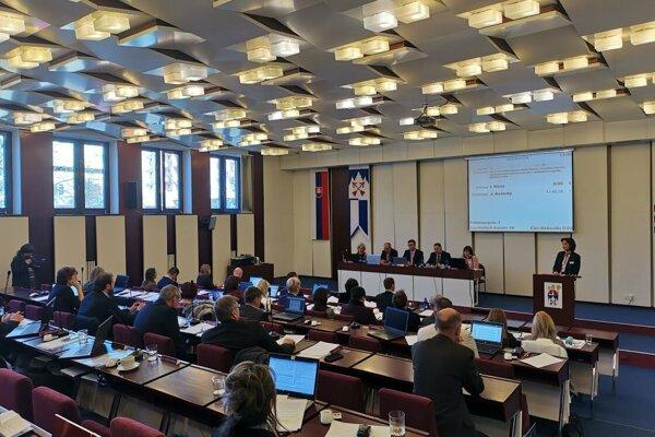 O popradských kasárňach bude rozhodovať komisia, poslanci schválili jej zloženie.