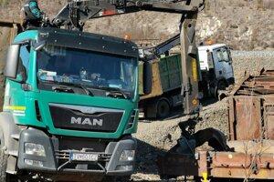 Vagóny rozpaľujú na dvestokilové kusy.