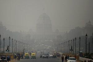 Budova prezidentského paláca zahalená smogom na ulici s rušnou premávkou v Naí Dillí.