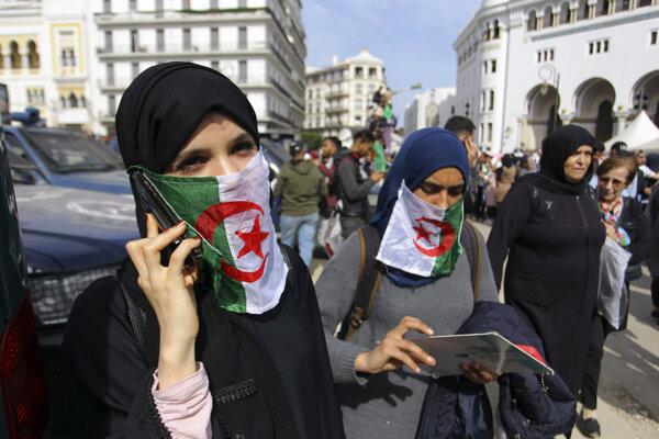 Protest alžírskych študentiek proti prezidentovi Buteflikovi.