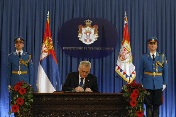Srbský prezident Tomislav Nikolič podpisuje rozpustenie parlamentu.
