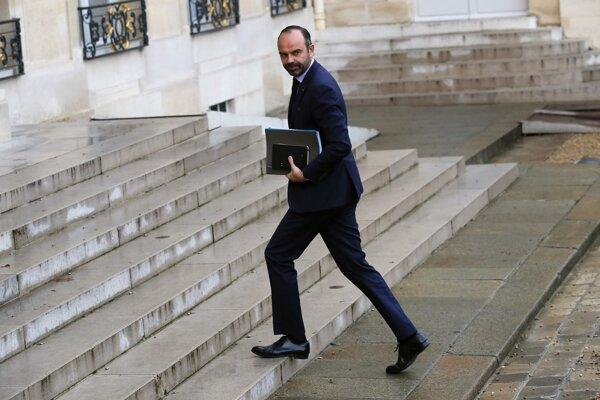 Predseda vlády Édouard Philippe už skôr oznámil, že vláda do roku 2020 najme 700 nových colníkov. Podľa odborov to ale nestačí.
