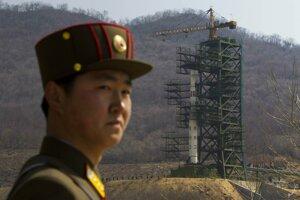 Severokórejský vojak pri odpaľovacej rampe.