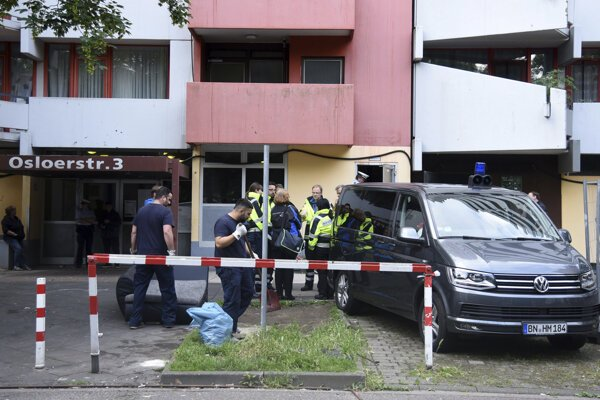 Nemecká polícia uskutočnila v piatok 15. júna 2018 ďalšie prehliadky vo výškovej budove v Kolíne nad Rýnom, kde predtým v byte Tunisana podozrivého z úmyselnej výroby biologických zbraní zaistila toxickú látku ricín.