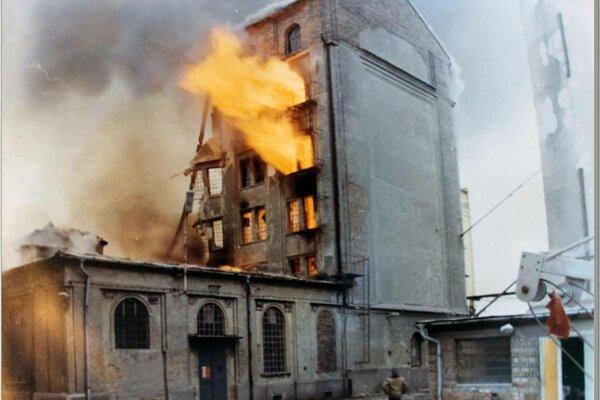 Horiaci mlyn po výbuchu 21. 2. 1989.