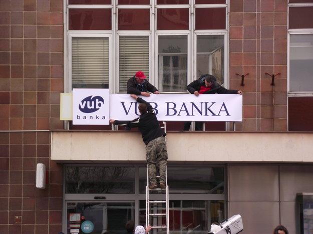 Filmári upravili aj logo banky.