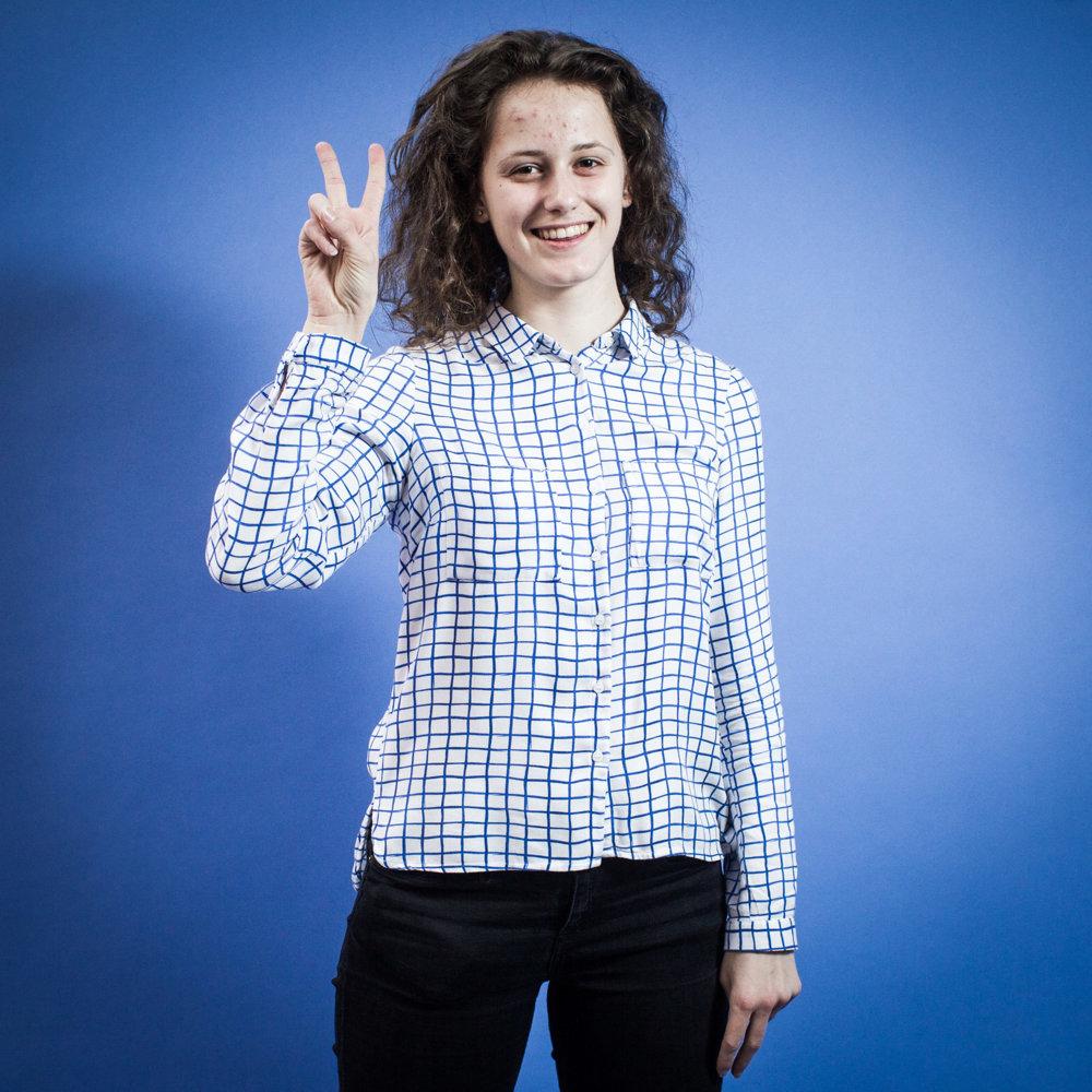 Alexandra, 18 rokov, študentka, Bratislava. Voliť určite pôjdem, veď každému vzdelanému človekovi je jasné, že tu niečo nesedí a voľby beriem ako niečo, čím to môžem zmeniť. Myslím, že každý hlas niečo znamená a mladí ľudia by mali isť voliť hlavne preto, že majú pred sebou ešte celý život.