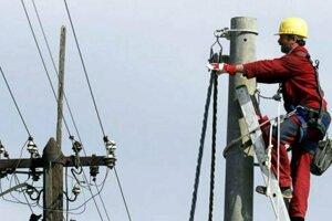 Elektrikári pracujú na odstraňovaní porúch.