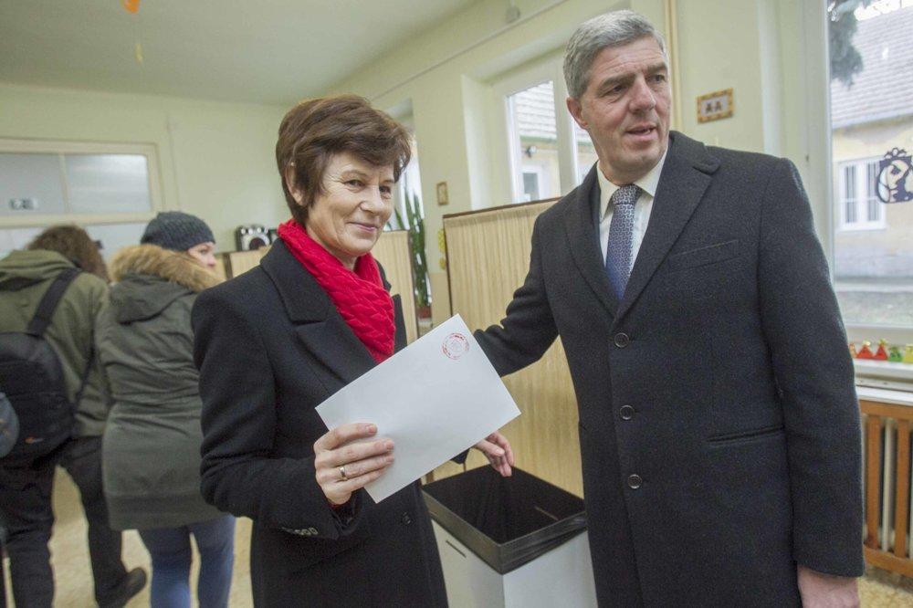 Béla Bugár odvolil aj s manželkou v Špeciálnej základnej škole v Šamoríne.
