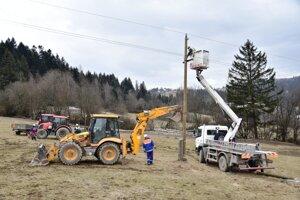 Foto z výmeny dvoch poškodených stĺpov vysokého napätia pri obci Zákopčie (okres Čadca).