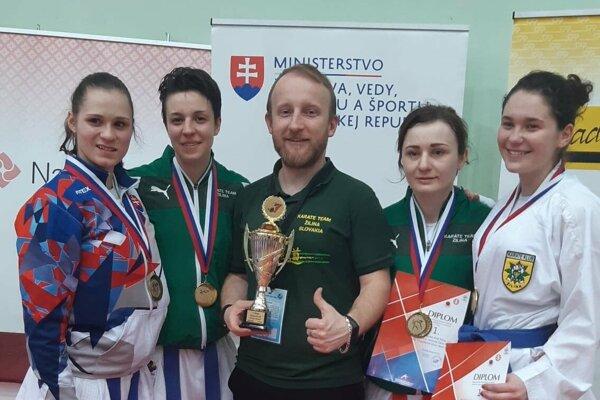 Družstvo žien spoločne s trénerom Jánom Novosadom získalo titul slovenského majstra.