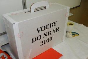 Prenosnú volebnú schránku môžu členovia komisie použiť len v rámci svojho okrsku.