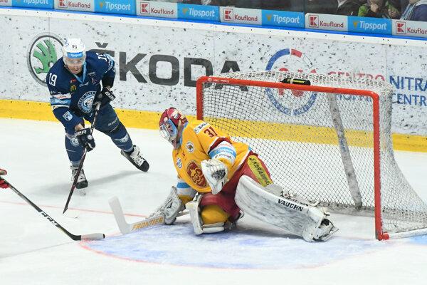 Nitriansky hokejista Branislav Rapáč pred trenčianskym brankárom Michalom Valentom.
