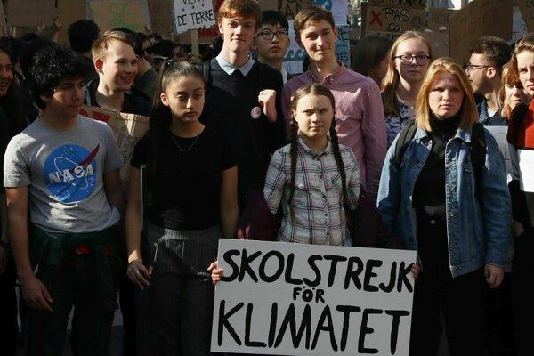 Šestnásťročná Greta Thunbergová s transparentom organizuje od augusta 2018 každý týždeň protest pred parlamentom v Štokholme.