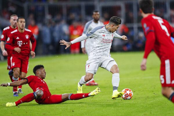 Roberto Firmino (uprostred) preniká cez hráčov Bayernu.