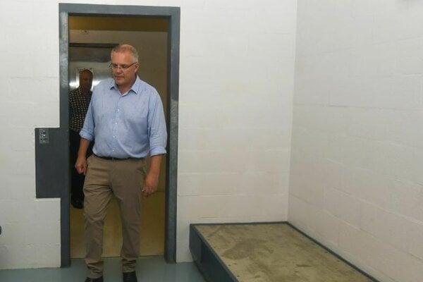 Austrálsky premiér Scott Morrison si prehliada detenčné centrum pre utečencov na Vianočnom ostrove.