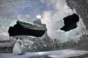 Humenčanka rozbila zadné sklo auta a poškrabala lak.