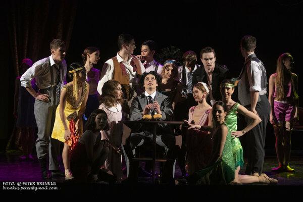 Scéna tanca žemličiek z baletu Tulák Chaplin v SND
