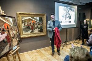 Reštaurátor Miroslav Slúka počaas odhalenia zreštaurovaného obrazu.