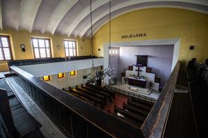 V laviciach kostola je 350 miest na sedenie.